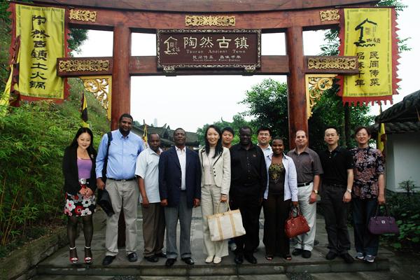 2009年6月严琦董事长与各国驻华大使在考察18新利手机客户端古镇时的合影